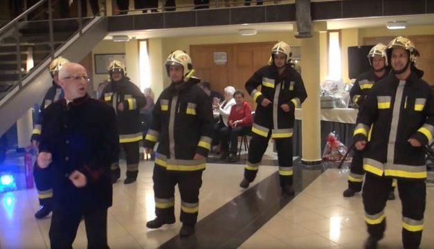 Micsoda riszálás: ilyen az igazán tüzes tánc – videó
