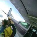 A repülőgépmotor bekrepált a magasban, majd filmbe illő jelenetek következtek