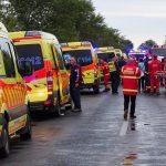 Kamion és busz ütközött Bősárkánynál, 14-en megsérültek – fotók