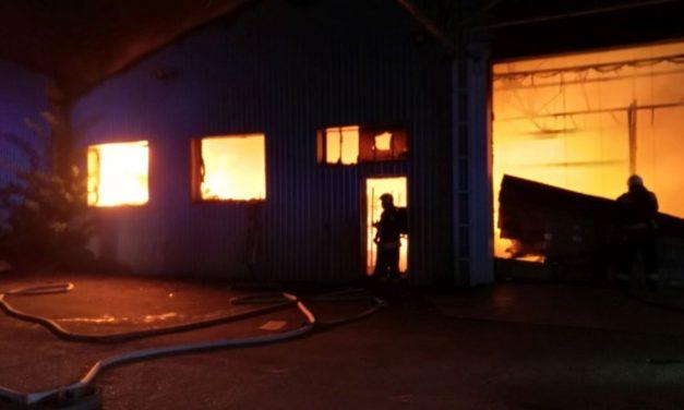 Eloltották azt a tüzet, amely hajnalban ütött ki egy raktárban, Győrújbaráton, a Vállalkozók útján.