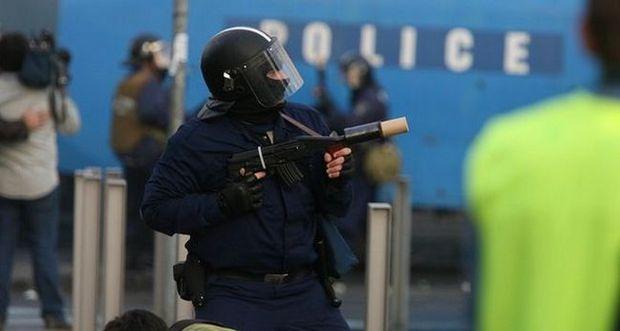 Könnygázpuska sült el egy elsős kezében Győrben a rendőrségi bemutatón – Négy diákot kórházba vittek