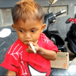 Borzasztó: napi 40 szál cigit szív el a kétéves kisfiú – videó