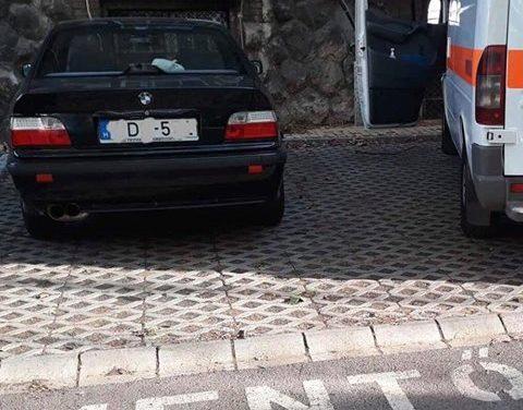 Simán beparkolt a mentő helyére