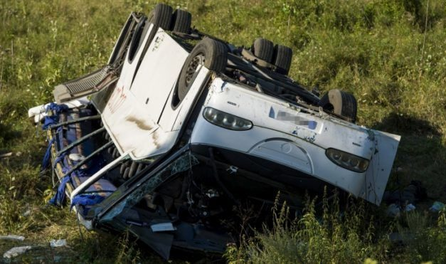 13 embert vittek kórházba a Tolmácsnál felborult buszról
