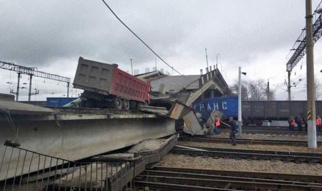 Videó: Kis híján maga alá temette a vonatot az összedőlő híd