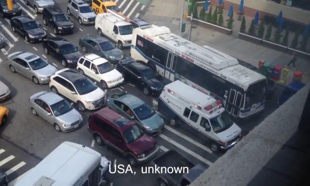 Mint kés a vajban: a budapesti autósok jó példát mutattak a mentőautóval – videó