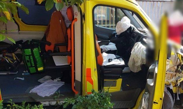 Két mentős sérült meg, amikor egy személygépkocsi és egy mentőautó ütközött össze a Jász-Nagykun-Szolnok megyei Csépán