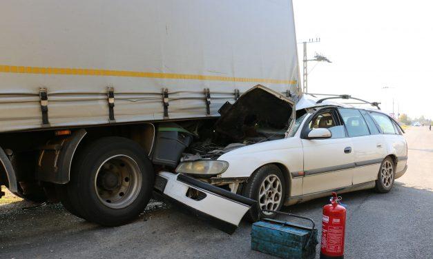 Csúnya baleset: álló kamionba rohant egy autós Kaposváron