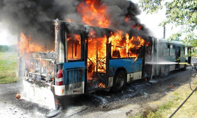 Kigyulladt egy busz Marcali buszpályaudvarán