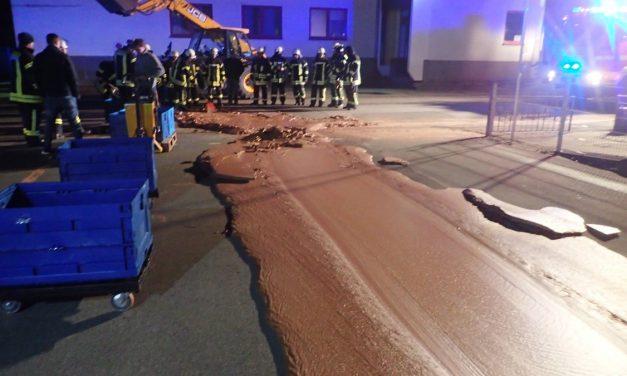 Egy tonna csokoládé folyt és száradt rá az útra Vesztfáliában, 25 tűzoltó kellett, hogy eltakarítsák