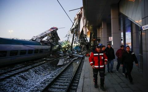 Felüljárónak rohant egy vonat Ankarában