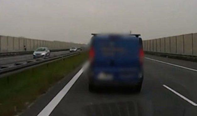 Teljesen érthetetlen ez a furgonos, aki nem hajlandó elengedni a mentőt – videó
