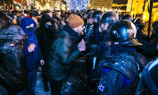 Egy valódi rendőr levele – Egész Európában egyedül a magyar rendőrség tűri, hogy dobálják, zászlórúddal üssék a sorfalat eltakart arcú alakok