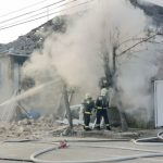 Gázrobbanás miatt ég egy ház Veszprémben – Egy autóbusz ablaki is betörtek a helyszínen