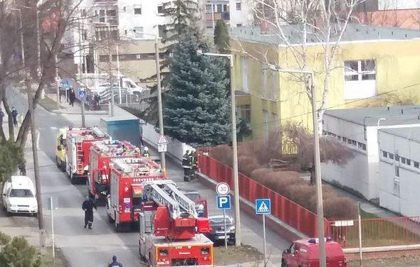 Tűz egy győri bölcsődében: kigyulladt a kismegszakító, 14 gyermeket vizsgáltak a mentők