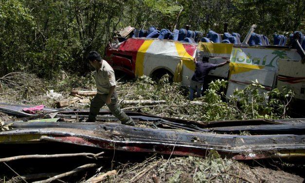 Legalább huszonöten meghaltak egy bolíviai buszbalesetben