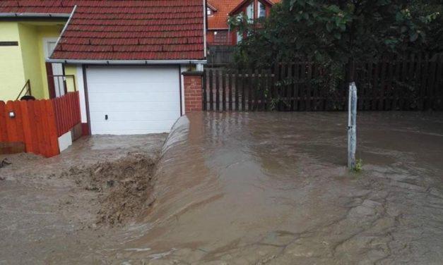 Videókon és fotókon, ahogy a hatalmas árvíz elöntötte Heves megyét