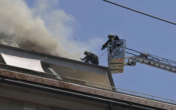 Lángolt egy hétemeletes ház teteje Budapesten, eloltották a tűzoltók – fotók