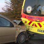 Őzek miatt vészfékező mentőautónak csapódott egy kocsi Mezőkövesdnél: újra kellett éleszteni az autó sofőrjét