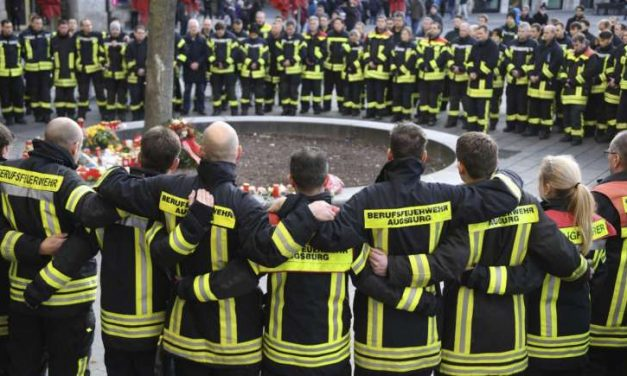 Tizenévesek halálra vertek egy tűzoltót Augsburg belvárosában