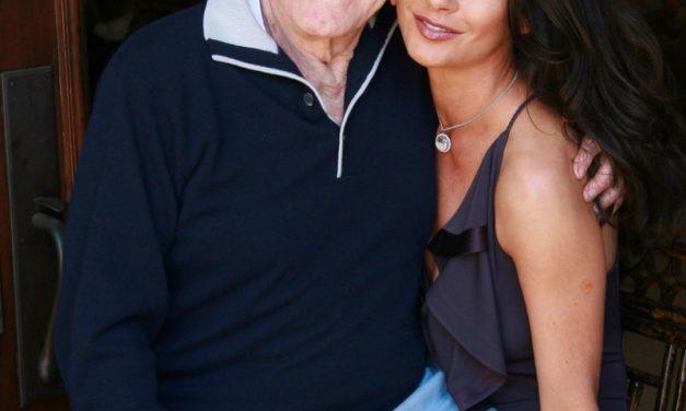 A ma 103 éves Kirk Douglas vidáman ücsörög a menye, Catherine Zeta-Jones ölében