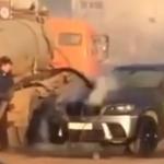 Szippantós kocsival oltották az égő BMW-t (videó)