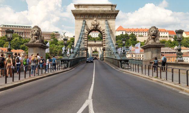 Nem hajthatnak át a Széchenyi lánchídon a turistabuszok és a teherautók 2020. január 4-től