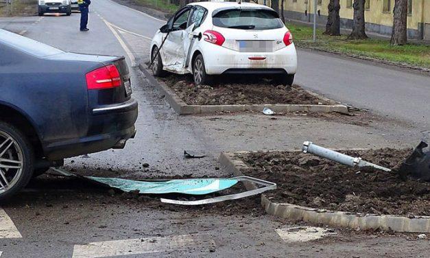 Átrepült egy autó a szentesi körforgalmon