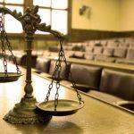 Részegen üvöltözött és agresszíven viselkedett a vádlott, el kellett halasztani a tárgyalást