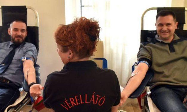 Kollégájuknak adtak vért a rendőrök Sopronban