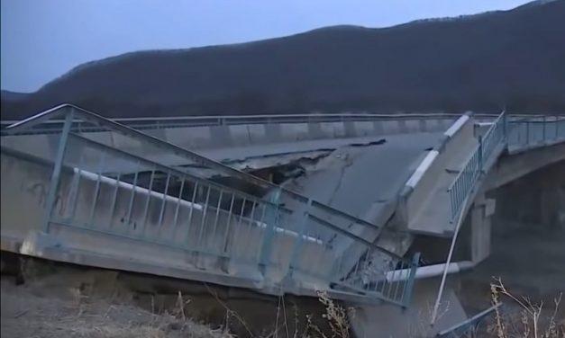 Összeomlott a híd az autós előtt, a fedélzeti kamera mindent rögzített