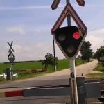 Dráma: vasúti átjáróba szorult egy kocsi Tárnoknál, mindkét irányból jött a vonat