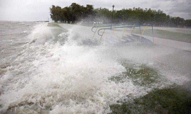 Ezért ne maradj a tóban, ha vihar van – beszédes videóval figyelmeztet a rendőrség