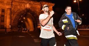 Vak sporttársát kísérte a célig a győri Varga Tibor tűzoltó