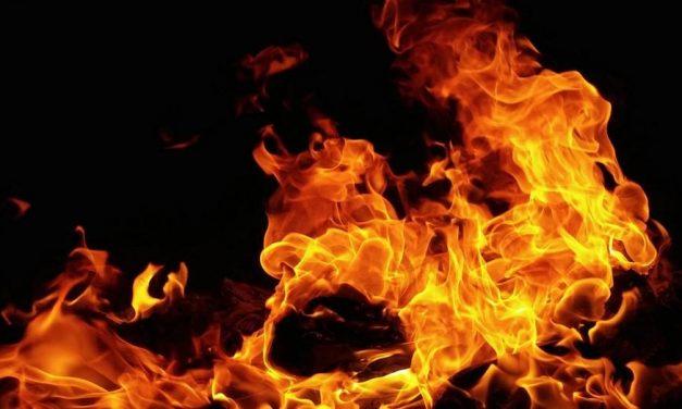 Brutális tűz Komlón: kigyulladt egy épület tetőszerkezete