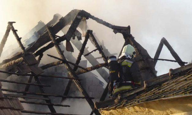 Ebből a kigyulladt házból menekült a pázmándi kislány – Így zajlott a tűzoltás (videó)