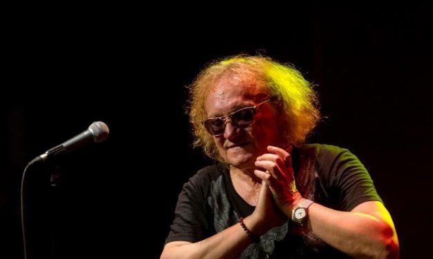 A helyszínen a Blikk: javában zajlik Charlie 73. születésnapi koncertje – videó