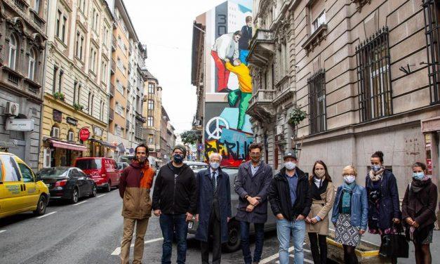 Bámulatos látvány: művészi Berlin-ábrázolás pompázik egy budapesti tűzfalon – fotók