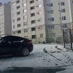 Csúszott a BMW, mint egy darab tégla, de a jó sofőrnek támadt egy remek mentőötlete – videó
