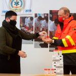 Győrfi Pál újabb adományt vett át a mentősök nevében