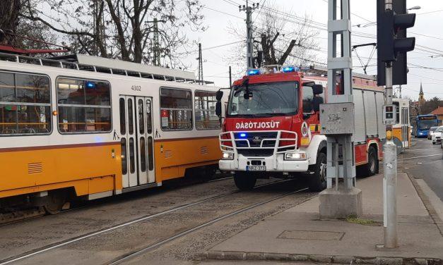 Villamos két kocsija közé esett egy ember Újpesten