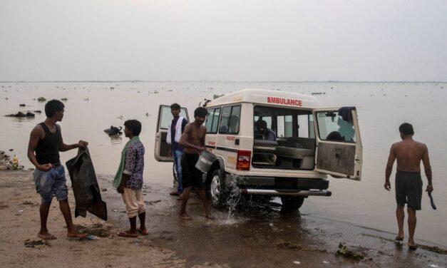 """A mentőszolgálat munkatársai videóra vették, ahogy """"koronavírusos holttesteket dobnak"""" a Gangeszbe"""