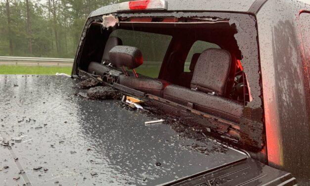 Villámcsapás által kihasított aszfaltdarab zúzta szét a pickupot – képek