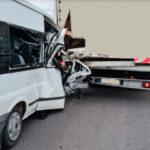 Teljesen összetört egy kisbusz eleje, miután egy teherautóba rohant az M5-ösön