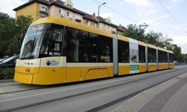Lelökte egy autó a villamost a sínekről Szegeden