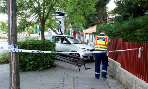 Egy padon ülő nőt és két gyermeket sodort el egy autós Budapesten