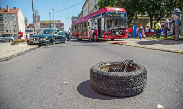 Trolibusszal ütközött egy autó a Baross utcánál