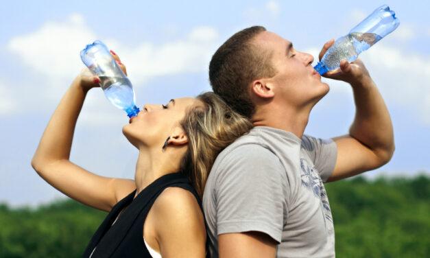 Mennyi vizet kell inni edzés előtt, közben és után, hogy ne terheld a testedet? Mutatjuk a pontos számokat