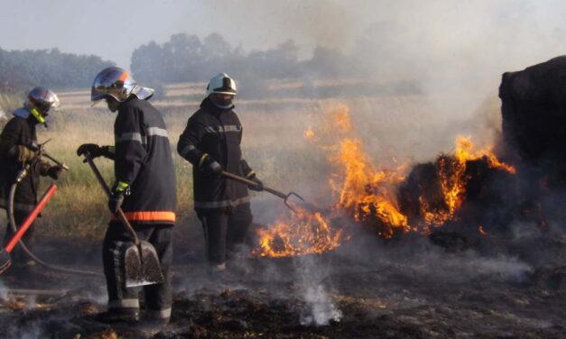 Tarló, szalmabálák és bálázógép is lángolt Heves megyében