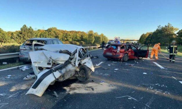 Óriási baleset az M1-es autópályán, tűzoltók vágtak ki egy utast az autóból